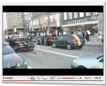Mann fällt vom Cabrio.
