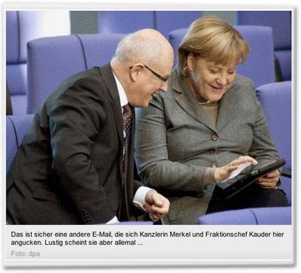 Das ist sicher eine andere E-Mail, die sich Kanzlerin Merkel und Fraktionschef Kauder hier angucken. Lustig scheint sie aber allemal ...