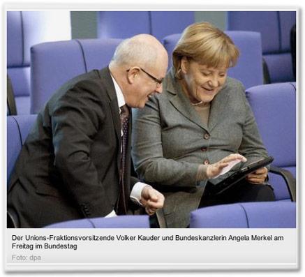 Der Unions-Fraktionsvorsitzende Volker Kauder und Bundeskanzlerin Angela Merkel am Freitag im Bundestag