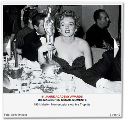 1951: Marilyn Monroe zeigt stolz ihre Trophäe