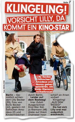 """KLINGELING! VORSICHT LILLY, DA KOMMT EIN KINO-STAR. Berlin -Gemütlich schlendert Lilly Becker (35), Frau von Boris Becker (44), gestern mit Söhnchen Amadeus (2) und Kindermädchen durch Berlin. Leider auf dem Radweg! Irrer Zufall: Ausgerechnet Kino-Star Katja Riemann (48) düste auf ihrem Drahtesel haarscharf an ihnen vorbei! Klingeling! """"AUS DEM WEEEG!"""" Da hat sich Lilly erst mal ordentlich erschreckt. Lilly Becker, Söhnchen Amadeus und Nanny gehen spazieren, als Katja Riemann vorbeibraust"""