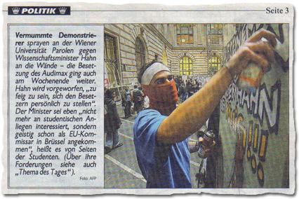 """Vermummte Demonstrierer sprayen an der Wiener Universität Parolen gegen Wissenschaftsinister Hahn an die Wände – die Besetzung des Audimax ging auch am Wochenende weiter. Hahn wird vorgeworfen, """"zu feig zu sein, sich den Besetzern persönlich zu stellen"""". Der Minister sei eben """"nicht mehr an studentischen Anliegen interessiert, sondern geistig schon als EU-Kommissar in Brüssel angekommen"""", heißt es von Seiten der Studenten. (Über ihre Forderungen siehe auch """"Thema des Tages"""")."""
