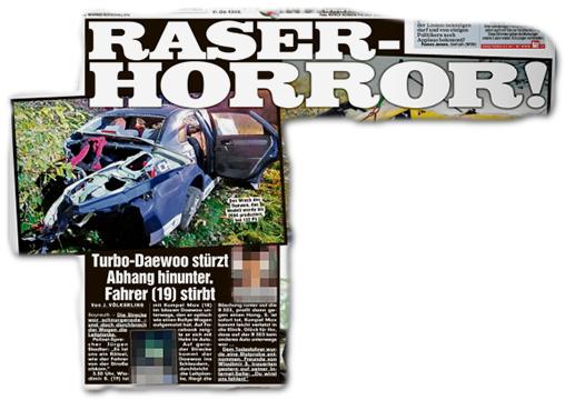 RASER-HORROR! Turbo-Daewoo stürzt Abhang hinunter. Fahrer (19) stirbt. [Dazu ein großes Foto des kaputten Autos und zwei kleinere Fotos von Personen].