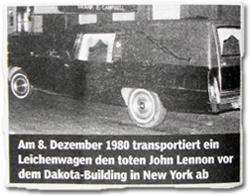 Am 8. Dezember 1989 transportiert ein Leichenwagen den toten John Lennon vor dem Dakota-Building in New York ab