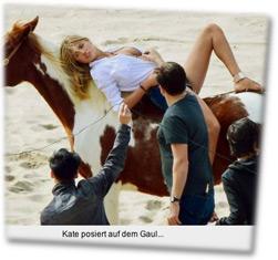 Kate posiert auf dem Gaul...