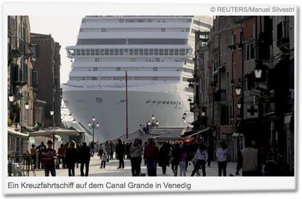 Ein Kreuzfahrtschiff auf dem Canal Grande in Venedig